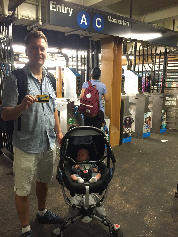 new yorkin metrossa vauvan kanssa