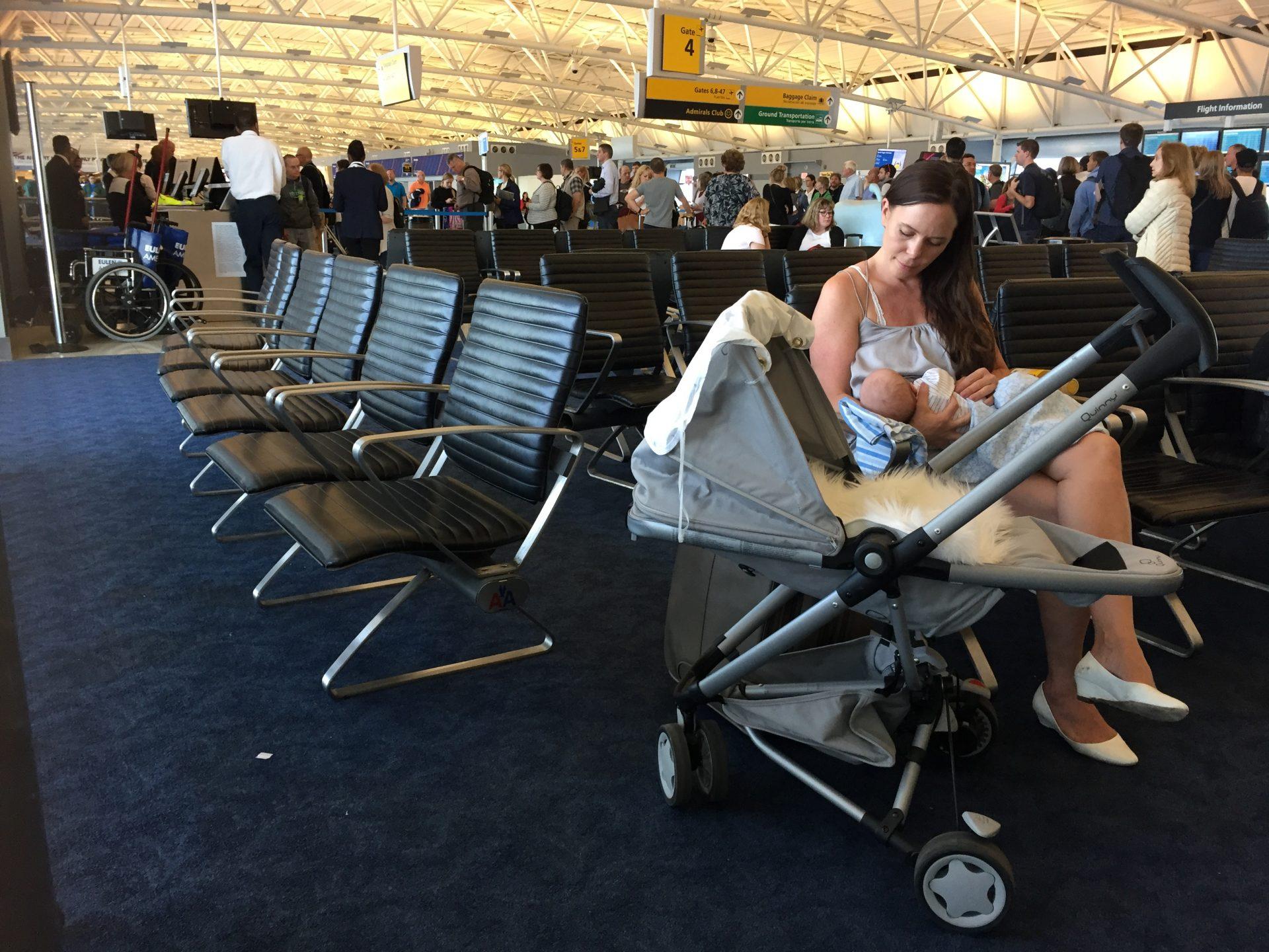 vauvan kanssa lentoasemalla