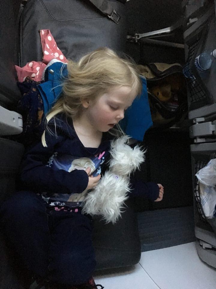 koneessa lapsen kanssa unilelu