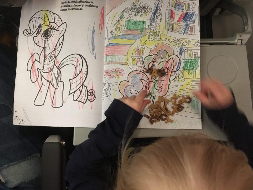 lapsen kanssa lentokoneessa piirrustus