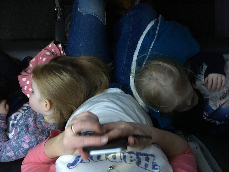 lasten kanssa lentokoneessa