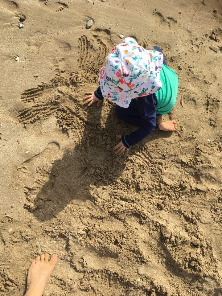 varpaat hiekassa