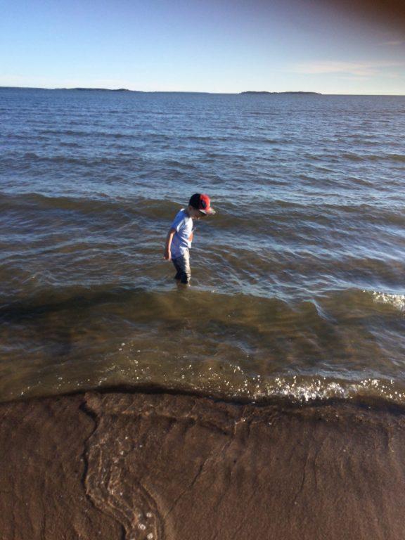 lapsi rannalla kesalomareissu lasten kanssa