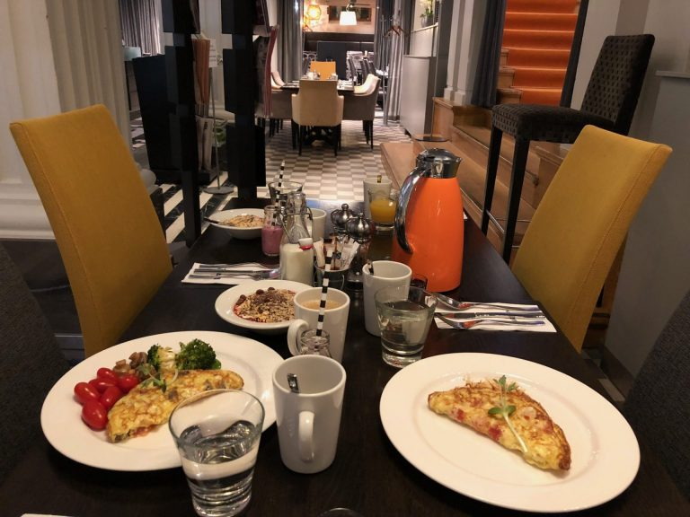 radisson blu plaza aamiainen munakas