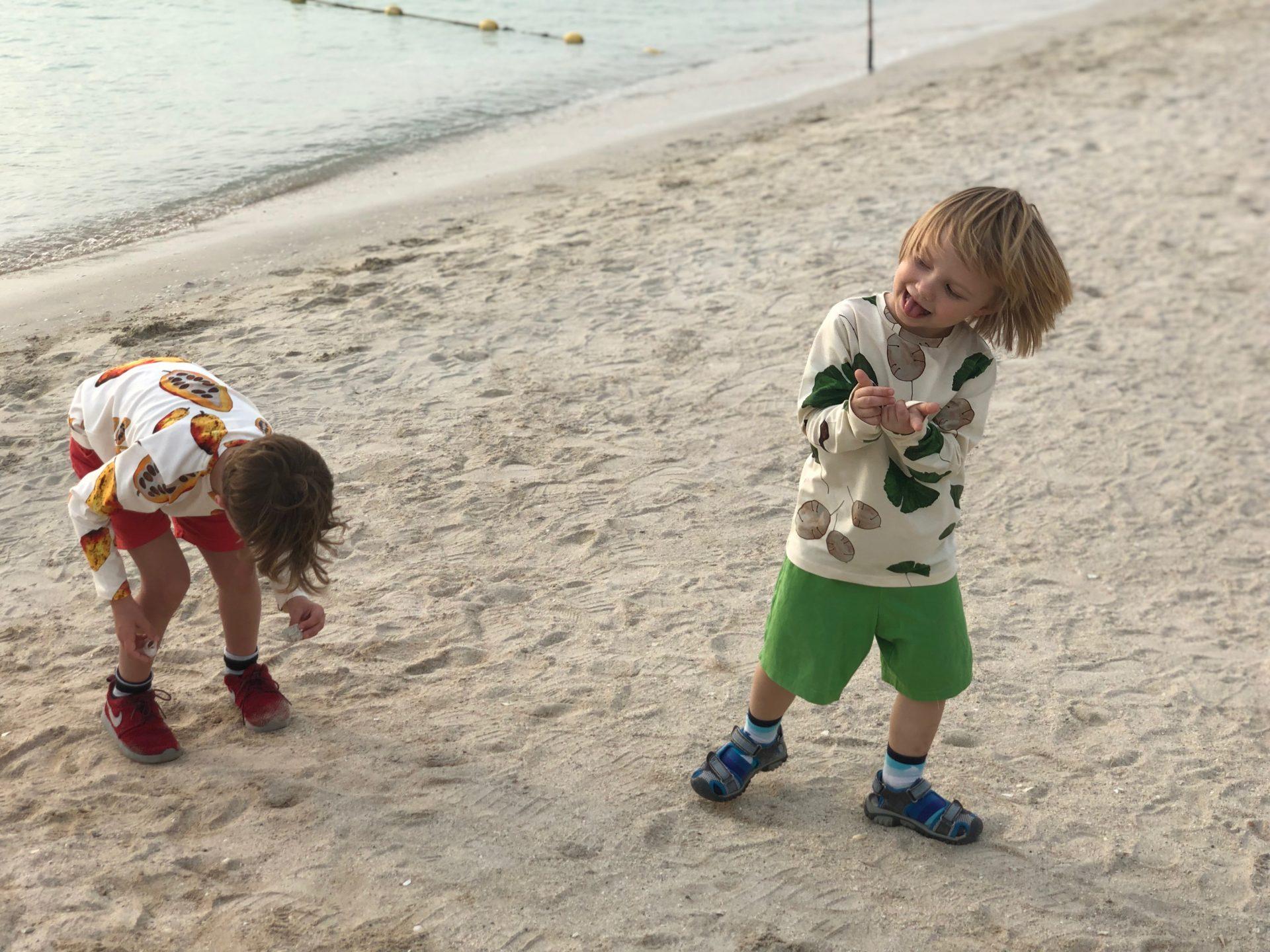 pojat rannalla