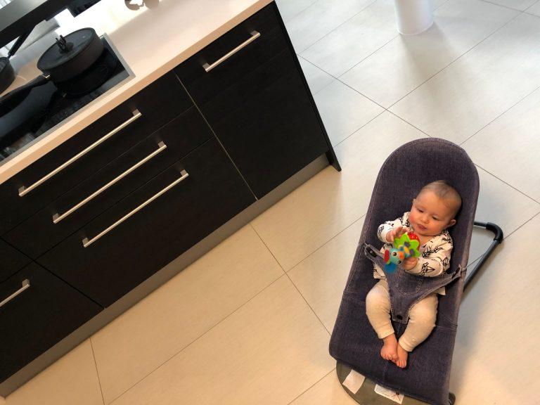 vauva keittiossa