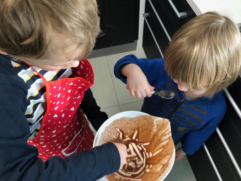 lapset leipoo gluteenittoman suklaapiirakan