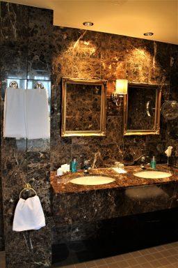 Sviitin iso kylpyhuone