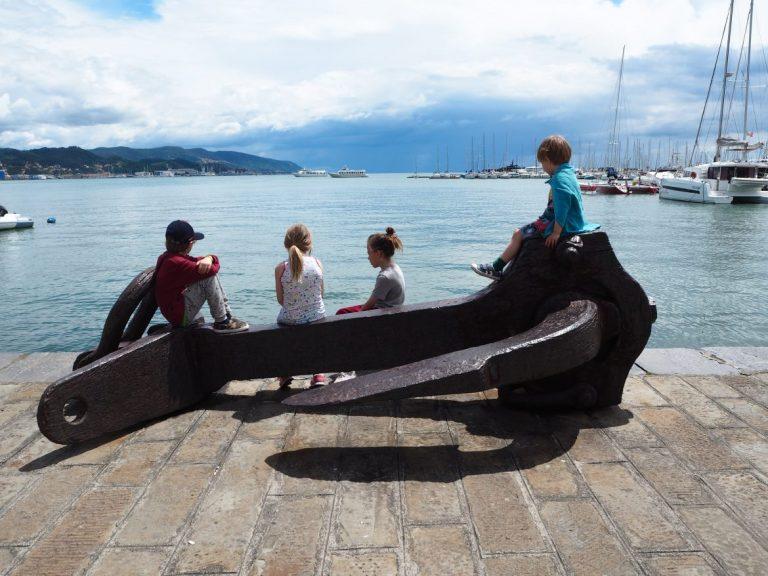lapset tuijottaa merelle