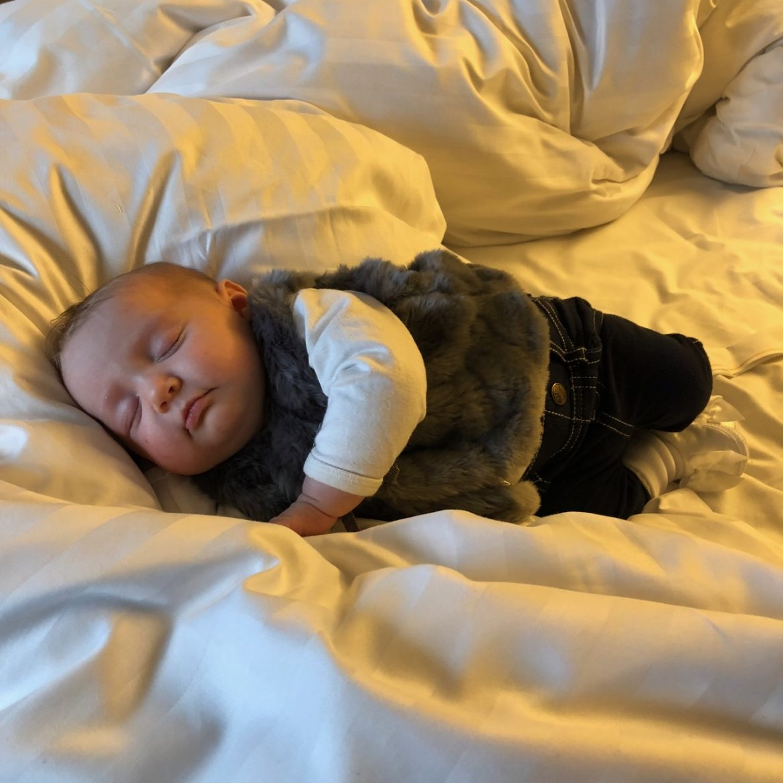 2 kk vauva nukkumassa