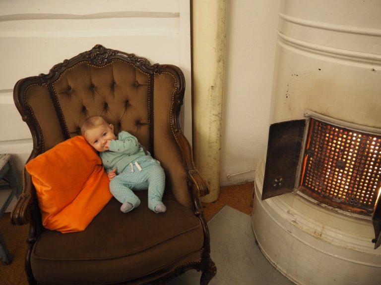 vauva istuu tuolissa