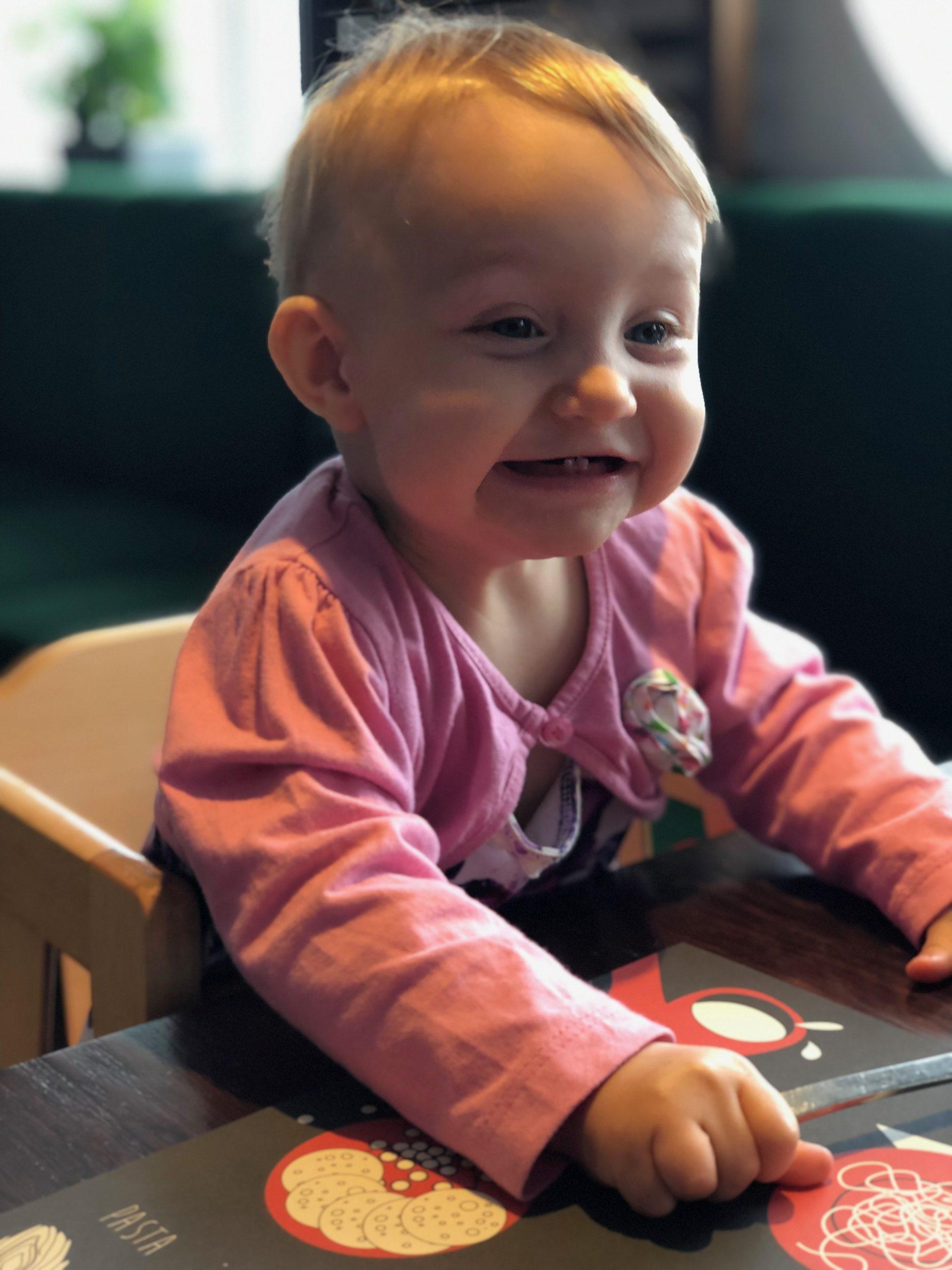 vauva nauraa laivalla