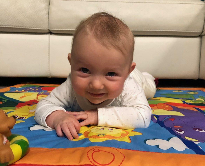 vauva leikkimatolla