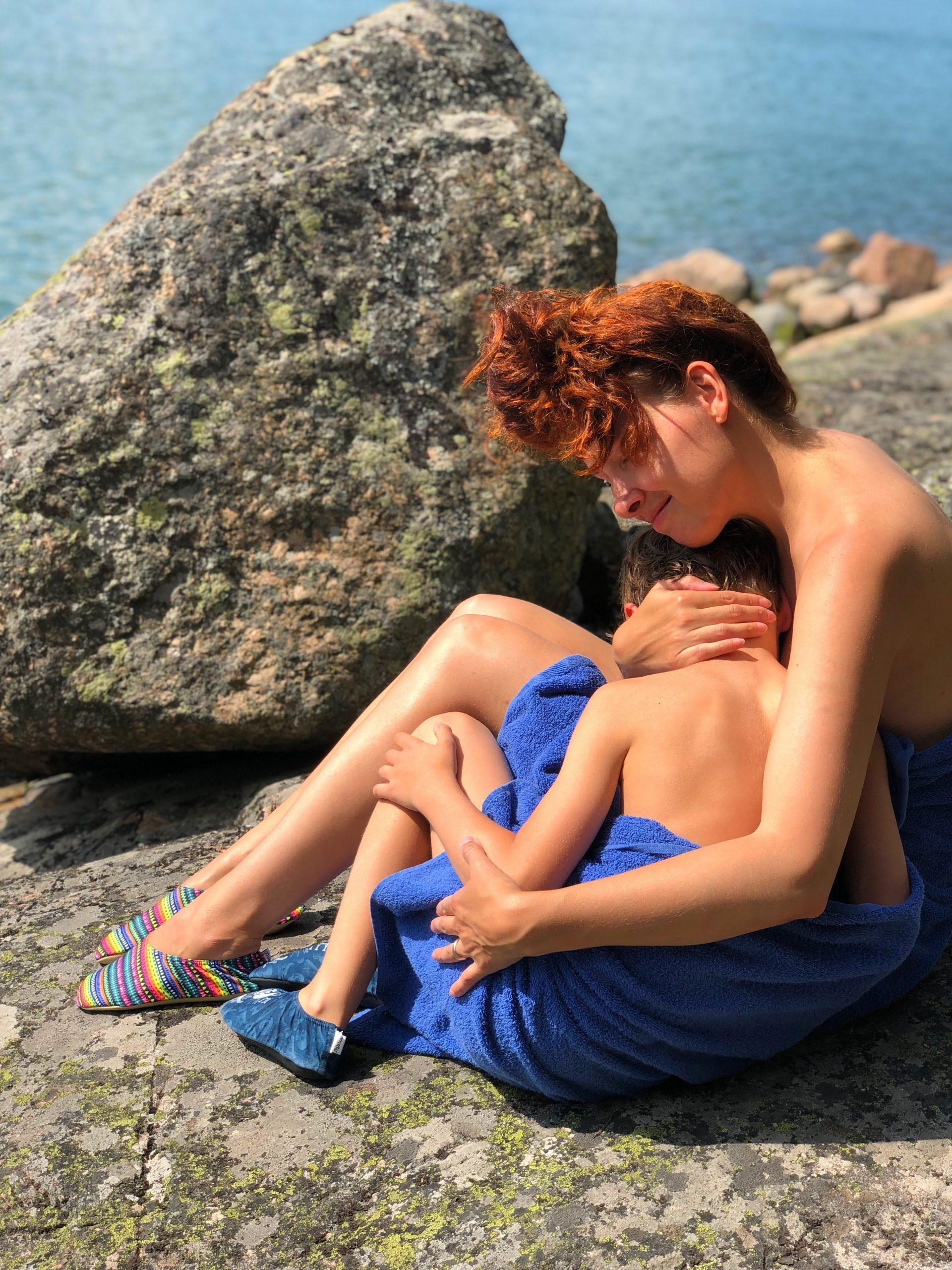 aiti ja poika mokilla saaressa