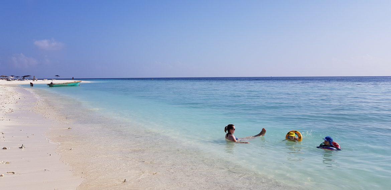 Uimassa Malediiveilla