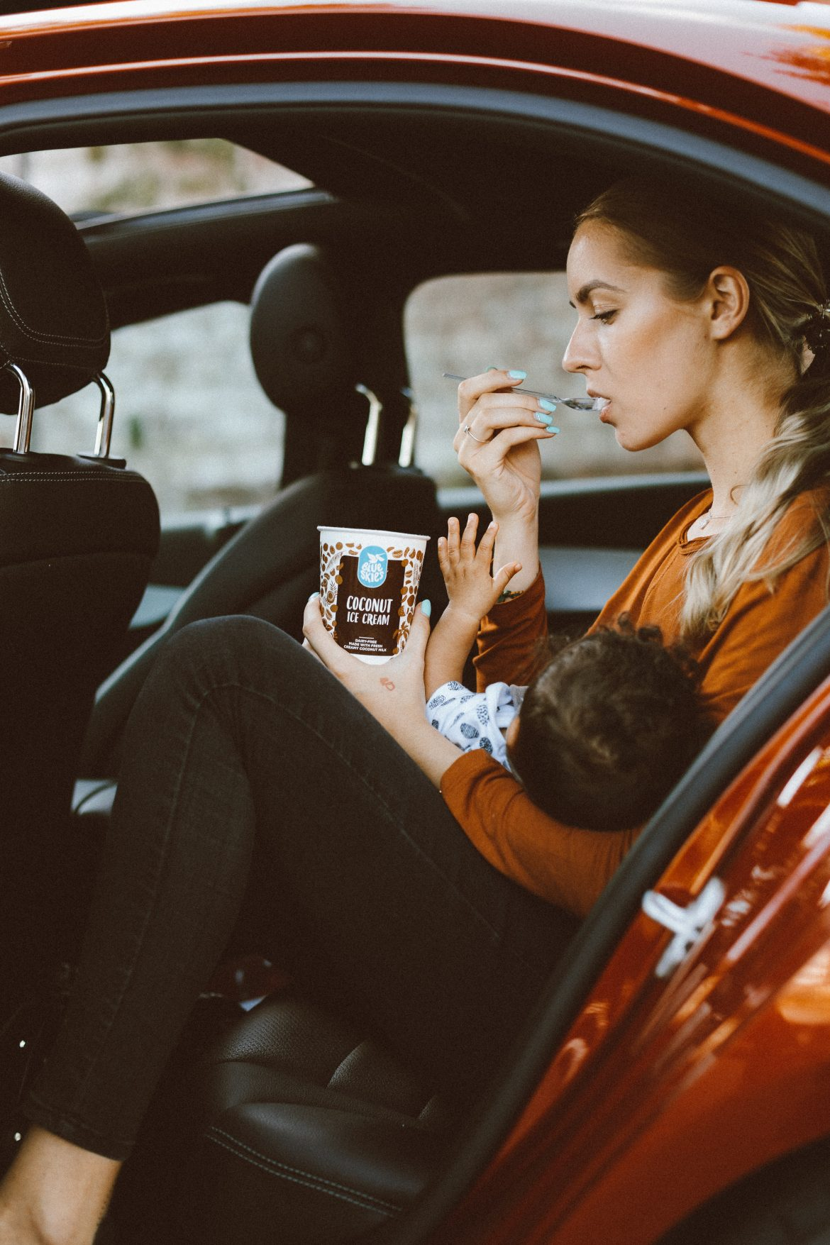 äiti ja lapsi autossa