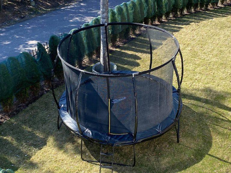 hyva-trampoliini-lapsille-pihalla