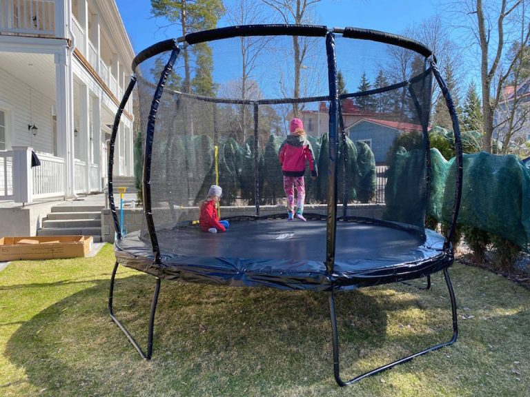 hyva-trampoliini-lapsille-valmis