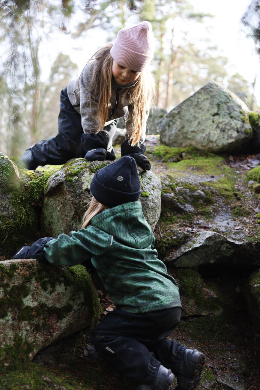 kiipeilyä metsässä