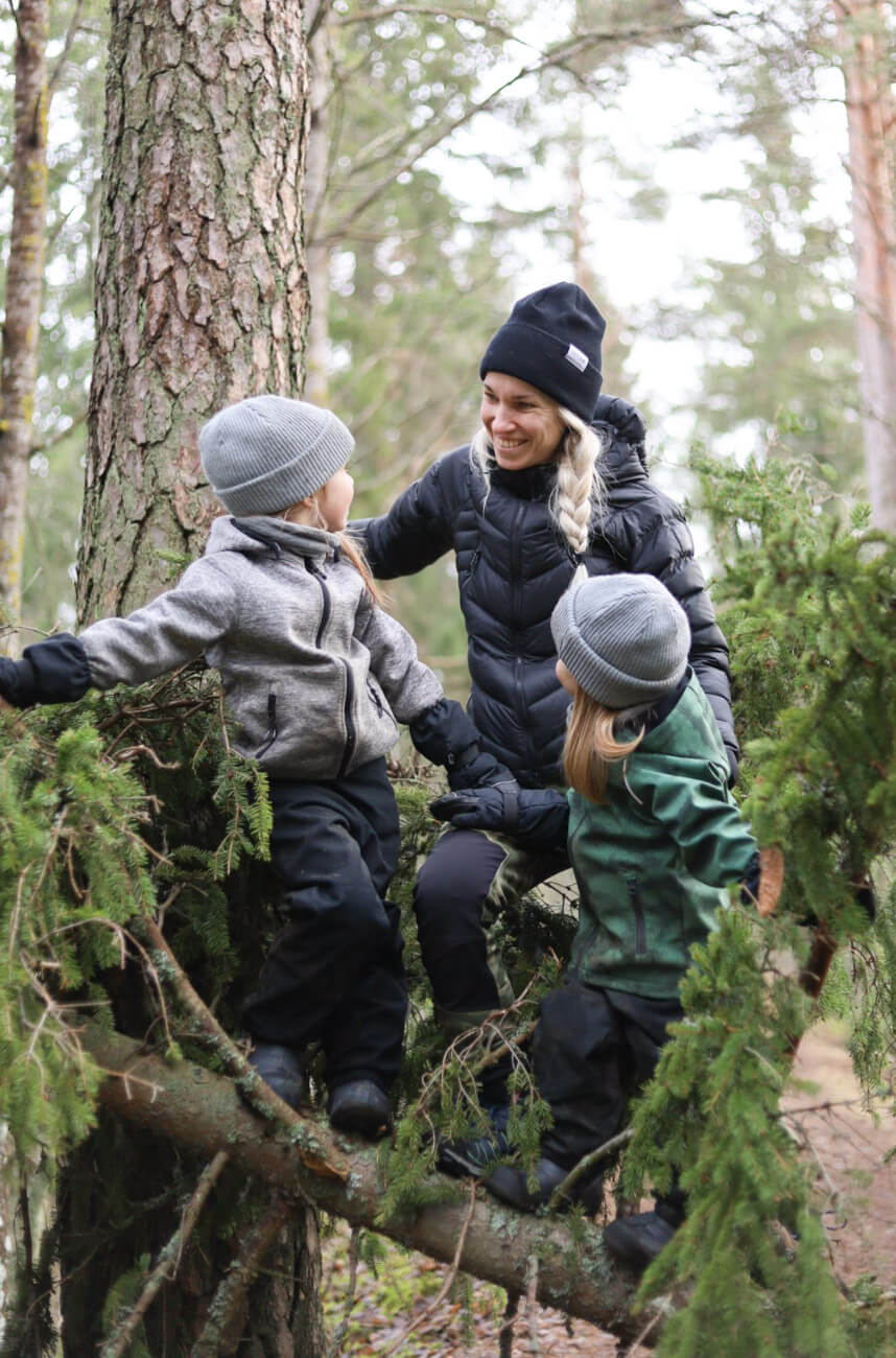 metsässä perheen kanssa