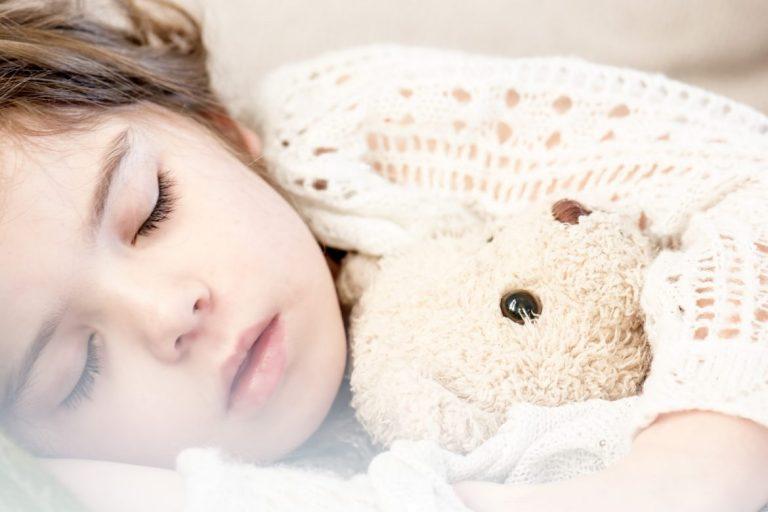 Kuinka opettaa lapsi itsenäiseen nukahtamiseen