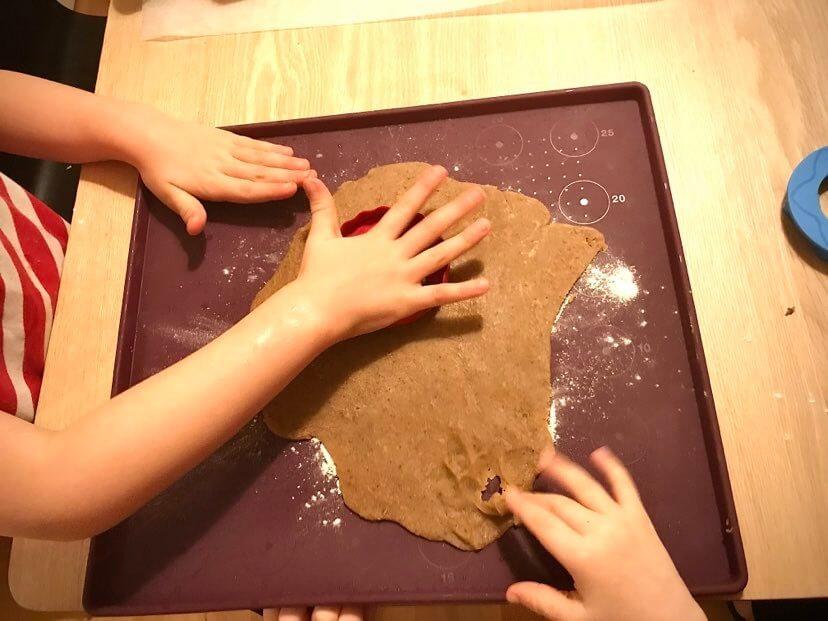 jouluruoat piparien leipominen