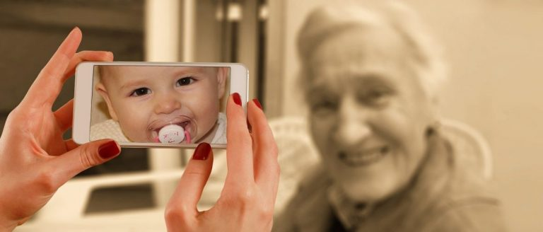 älypuhelin vauva mummo