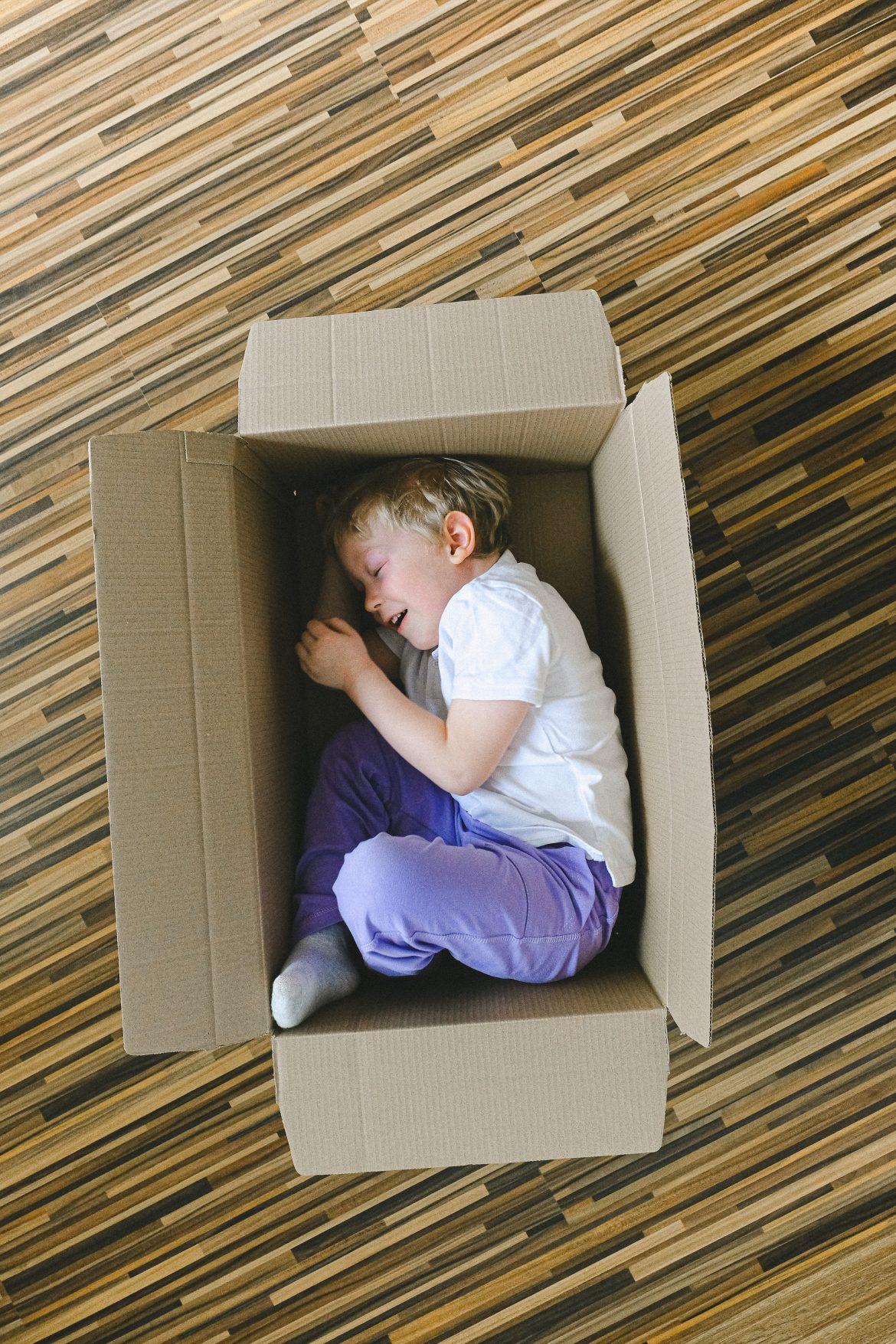 lapsi leikkii laatikossa